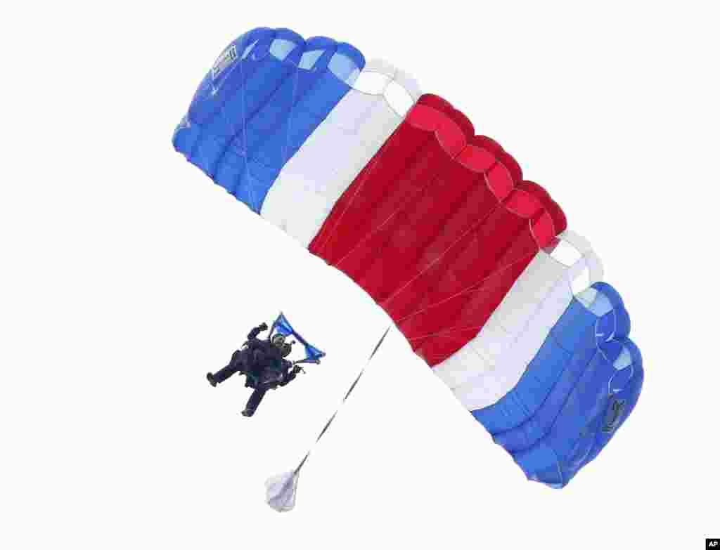 Cựu Tổng thống George H.W. Bush mừng sinh nhật 90 tuổi bằng cú nhảy dù ra khỏi trực thăng cùng cựu quân nhân Mike Elliott ở Kennebunkport, Maine, ngày 12/6/2014.