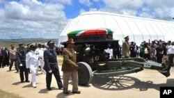 Mandela'nın Güney Afrika bayrağına sarılı tabutu askeri top üzerinde mezarlığa götürülürken