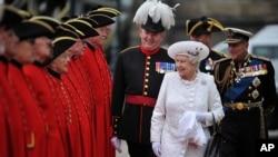 ملکه الیزابت بریتانیا و همسرش پرنس فیلیپ(سمت راست) درمراسم بزرگداشت شصتمین سال سلطنت وی، ژوئن 2012