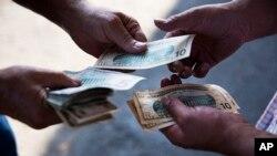 美国某农贸市场上商家给顾客找零钱