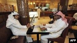 Thanh niên Ả Rập Xê-Út đọc báo tại một quán cà phê ở Riyadh