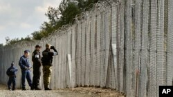 Тимчасовий паркан на кордоні Угорщини із Сербією. Відвідини польських правоохоронців.