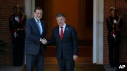 El presidente colombiano, Juan Manuel Santos, derecha, visitó este miércoles al presidente del gobierno español, Mariano Rajoy, izq., en señal de agradecimiento.