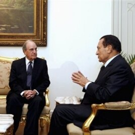 Egyptian President Hosni Mubarak, right, meets with U.S. Mideast envoy George Mitchell at the Presidential Palace in Cairo, Egypt, Sunday, Oct. 3, 2010