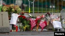 Flores y mensajes de pésame colocados en el Monumento al Soldado desconocido en Ottawa, Canadá.