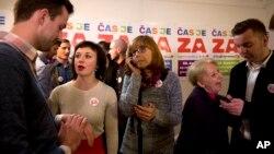 Para aktivis pendukung perkawinan sejenis berbincang usai memberikan suara dalam referendum di Ljubljana, Slovenia, Minggu (20/12).