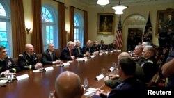 ABŞ Prezidenti Donald Tramp yüksək rütbəli hərbi liderlərlə görüşür. Ağ Ev. 5 oktyabr, 2017.