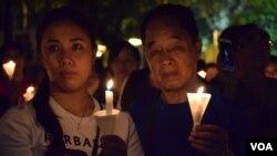 不同世代的人一起參與支聯會維園六四燭光集會 (美國之音湯惠芸拍攝)