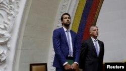 지난 8월 베네수엘라 카라카스에서 열린 야권 주도 의회에 캐나다 대사관의 크래그 코월리크 정치자문(왼쪽)이 참석했다.