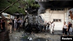 지난 19일 가자지구에서 팔레스타인들이 불에 탄 자동차를 수색하고 있다. (자료사진)