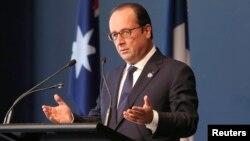El presidente Frances Francois Hollande habla en la Galería Nacional de Australia en Camberra. Hollande confirmó la identificación de un segundo francés entre los terroristas del EI.