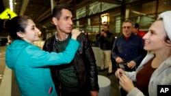 Mahdi Radgoudarzi, llegó el sábado en la noche a Sacramento, California. Es recibido por su hija Niloofar y su esposa Susan, luego de que Mahdi llegara de Teherán, Irán, al Aeropuerto Internacional de San Francisco y fuera detenido durante unas horas. Finalmente se le permitió entrar al país.