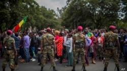 Des soldats de l'armée éthiopienne face à des manifestants à Addis-Abeba, le 17 septembre 2018. (AP Photo/Mulugeta Ayene)