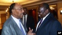 Bộ trưởng Bộ Quốc phòng Sudan Mohamed Abdel-Rahim Hussein (trái) chào đón trưởng đoàn đàm phán của Nam Sudan Pagan Amum trước cuộc hội đàm về an ninh tại Addis Ababa, ngày 2/4/2012