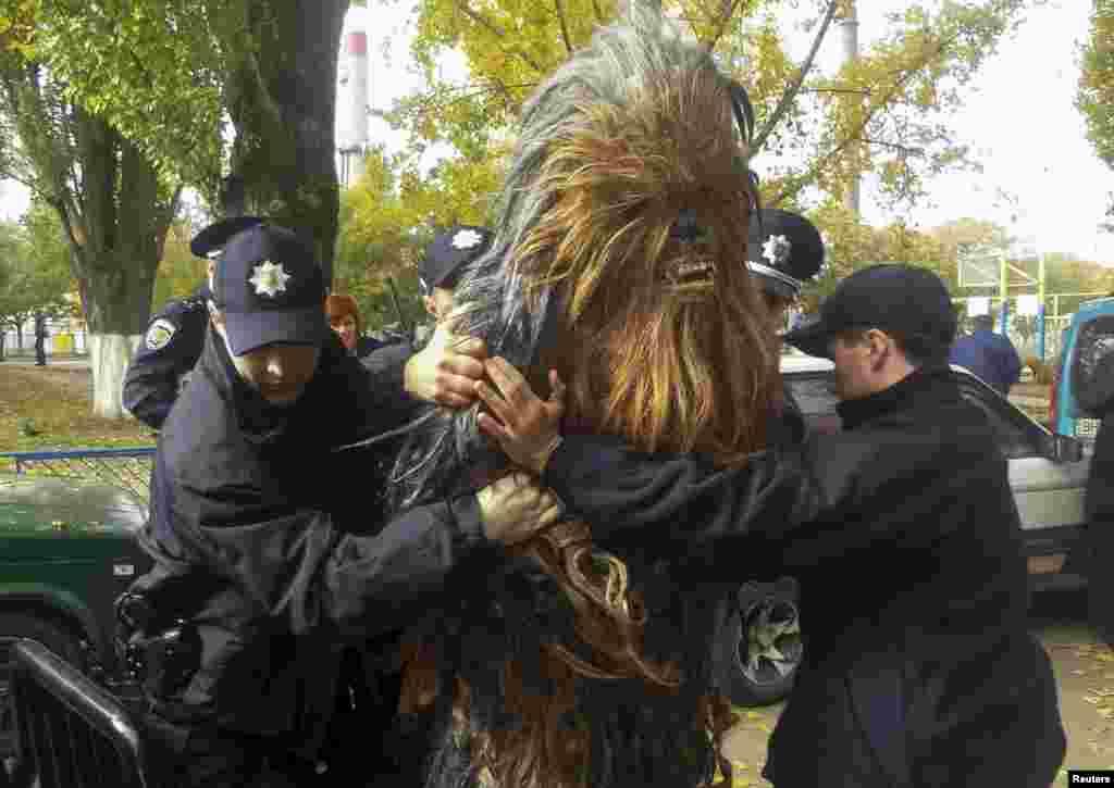 ក្រុមប៉ូលិសឃាត់ខ្លួនមនុស្សម្នាក់ដែលស្លៀកពាក់ដូចតួអង្គ Chewbacca ក្នុងភាពយន្ត Star Wars ក្នុងពេលបោះឆ្នោតថ្នាក់តំបន់មួយ នៅក្បែរការិយាល័យបោះឆ្នោតក្នុងក្រុង Odessa ប្រទេសអ៊ុយក្រែន។ ពលរដ្ឋអ៊ុយក្រែនទៅការិយាល័យបោះឆ្នោតដើម្បីជ្រើសរើសអភិបាលក្រុង និងប្រធានក្រុមប្រឹក្សាថា្នក់តំបន់។ បើយោងតាមសារព័ត៌មានក្នុងស្រុក មនុស្សម្នាក់នោះត្រូវបានប៉ូលិសឃាត់ខ្លួនពីបទយុទ្ធនាការខុសច្បាប់នៅថ្ងៃបោះឆ្នោត។