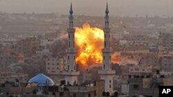 Una bomba de la aviación israelí hace impacto este sábado en Gaza.