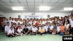 ທ່ານທູດ ແຄເຣັນ (ເສື້ອແດງ) ຮ່ວມກັບ ບັນດານັກຮຽນຊັ້ນມັດທະຍົມ ທີ່ໄດ້ຮັບທຶນຈາກ ສະຖານທູດ ສຫລ English Access Micro Scholarship Program