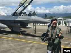 台湾空军上尉飞行官蒋惠宇是军中首位驾驶美国制造的F-16型战机的女飞行员。她希望能够前往美国接受进一步训练。(美国之音萧洵拍摄)