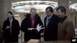 Google kompaniyasi rahbari Erik Shmidt (chapdan ikkinchi) va AQShning BMTdagi sobiq elchisi Bill Richardson Pxenyanda, Shimoliy Koreya, 9-yanvar, 2013-yil.