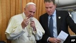 El papa Francisco, acompañado de su portavoz, Greg Burke, habló a los periodistas en el avión papal sobre los transexuales y la misericordia con la que deben ser tratados.