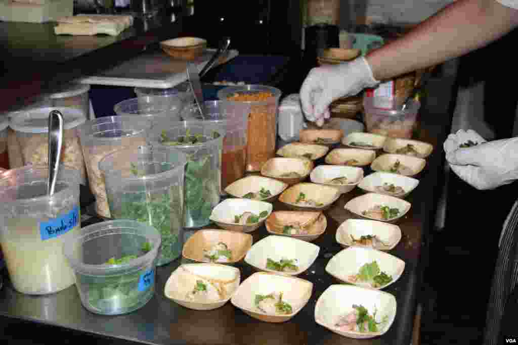 Renowned chefs prepare dinner at a Washington, DC fundraiser and silent auction organized by Caring for Cambodia, a non-profit to help support 21 impoverished schools in Cambodia's Siem Reap province, May 4, 2017. (VOA Khmer)