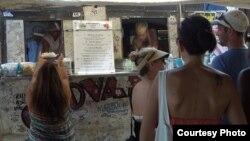 Trên đảo Oahu có những shrimp truck là xe bán cơm với tôm xào.