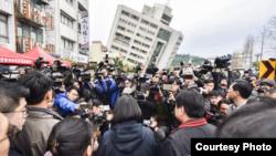 台湾总统蔡英文到花莲市勘灾(中间背对镜头者-取自蔡英文脸书)