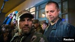 Lãnh tụ phe nổi dậy Alexander Borodai (phải) nói chuyện với phóng viên, 27/6/2014.