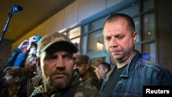 """自命的""""頓涅茨基人民共和國總理"""" 鮑羅丁(右)對記者發表談話"""