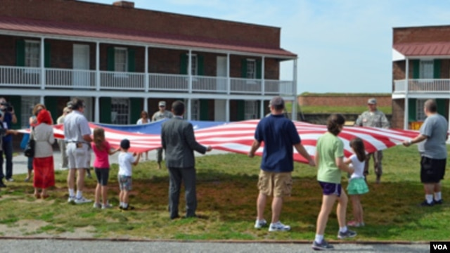 "It's all about the flag at Fort McHenry in Maryland, where every day visitors unfold a large ""star-spangled banner"" as they listen to the story behind the US national anthem. (S. Logue/VOA)"