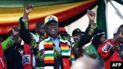 Le président Emmerson Mnangagwa prononce un discours à Bulawayo le 23 juin 2018.