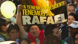 Una seguidora del presidente Rafael Correa sostiene un cartel en  Ambato. La campaña política termina hoy.