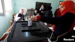 Египтянка голосует на референдуме по новой конституции. Каир. Египет. 14 января 2014 г.