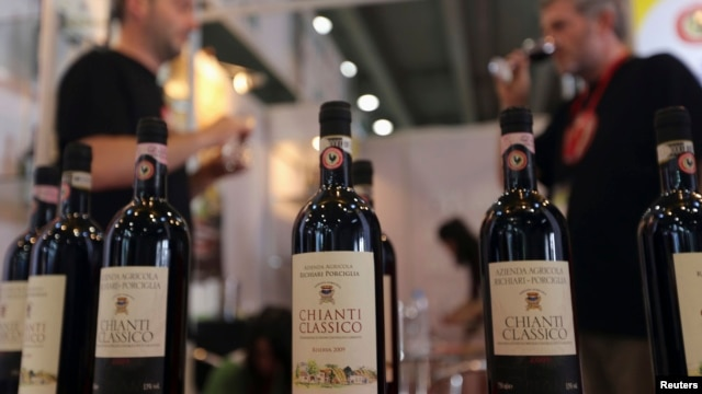 Participants taste Italian Chianti Classico wine at a food expo in Guangzhou, Guangdong province, June 4, 2013.