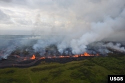 Lava fountains from Fissure 20 in Kīlauea Volcano's lower East Rift Zone in Hawaii, May 19, 2018.