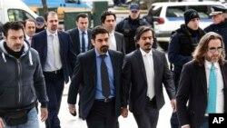 Turski oficiri, u sredini, u pratnji grčkih policajaca dolaze u Vrhovni sud Grčke u Atini, 26. januara 2017.