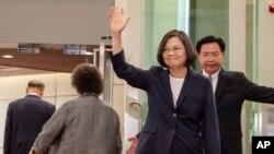 차이잉원 타이완 총통이 11일 카리브해 4개국 순방을 위해 뉴욕으로 떠나기 전 타이완 타오위안 국제공항에서 손을 흔들어 보이고 있다.