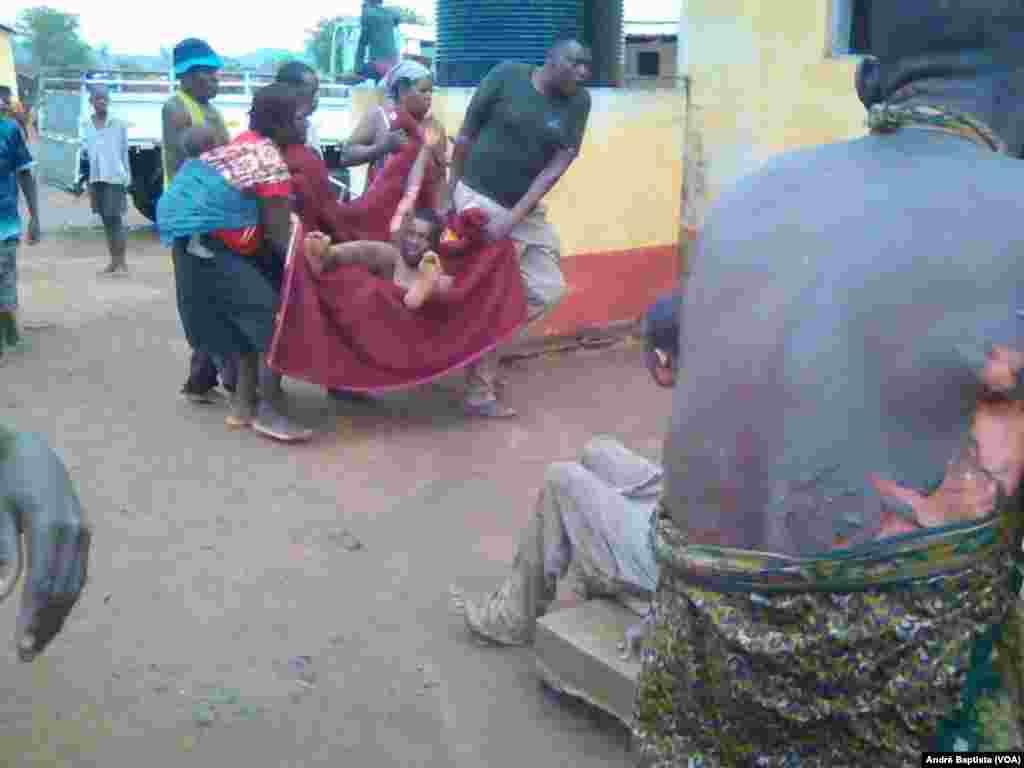 Feridos transportados para o hospital após explosão de camião cisterna de combustível, em Tete, Moçambique. Nov 17, 2016