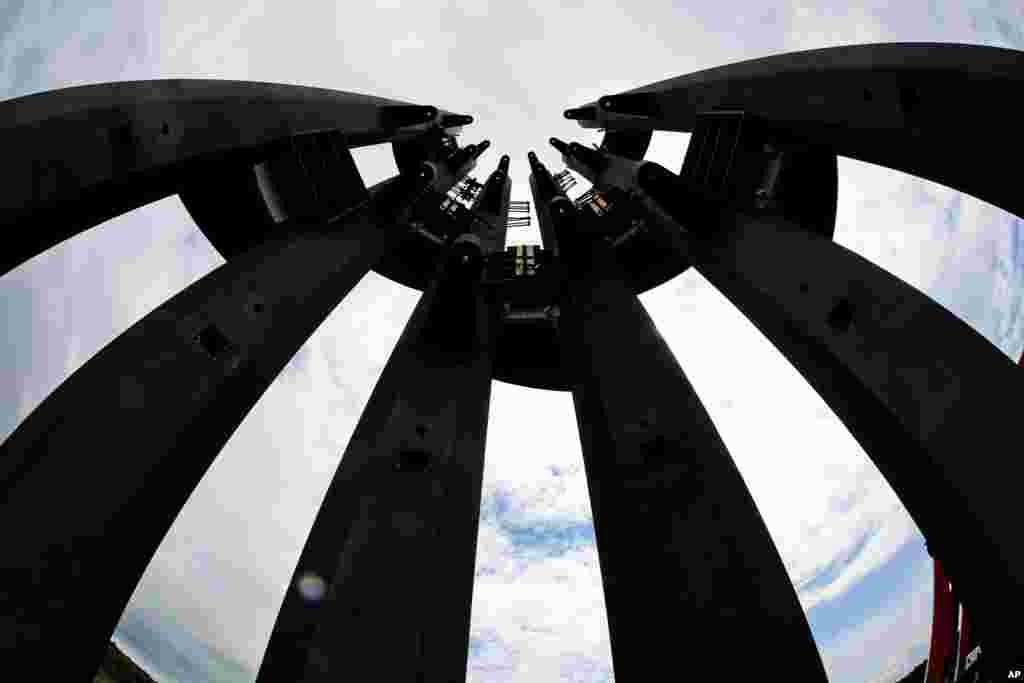 La primera sección de las campanas de viento de Tower of Voices de 93 pies (28,35 metros) está en su lugar el jueves 31 de mayo de 2018 en el Memorial Nacional Flight 93 en Shanksville, Pa. Con la dedicación de la torre que contiene 40 carillones de viento el 9 de septiembre de 2018, se completará el diseño original del monumento. (Foto AP / Gene J. Puskar)