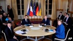 უკრაინის პრეზიდენტი ვოლოდიმირ ზელენსკი, საფრანგეთის პრეზიდენტი ემანუელ მაკრონი, რუსეთის პრეზიდენტი ვლადიმირ პუტინი და გერმანიის კანცლერი ანგელა მერკელი