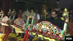 Anggota kelompok gamelan jegog Artha Negara di Santa Cruz, California menujukkan kebolehan mereka.