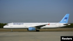 Pesawat Airbus Metrojet A-321 dengan nomor registrasi EI-ETJ saat hendak lepas landas dari Antalya, Turki, 17 September 2015 yang lalu (Foto: dok). Pesawat ini mengalami kecelakaan di Semenanjung Sinai, Mesir, Sabtu (31/10).