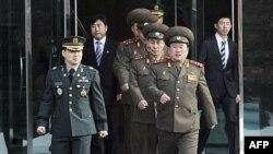 Ðại tá Ri Son-kwon của Bắc Triều Tiên (phải) dẫn đầu các viên chức Bắc Triều Tiên khác đi về phía làng đình chiến Bản Môn Ðiếm ở Paju, ngày 8/2/2011