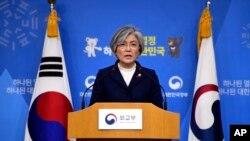강경화 한국 외교장관이 9일 서울 외교부 청사에서 한일 위안부 합의에 관한 한국 정부의 입장을 밝히고 있다.