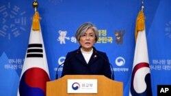 Ngoại trưởng Hàn quốc Kang Kyung-wha phát biểu tại một cuộc họp báo về thỏa thuận năm 2015 với Nhật về vấn đề 'an ủy phụ' tại Bộ Ngoại giao ờ Seoul hôm 9/1/2018. (Jung Yeon-Je/Pool Photo via AP)