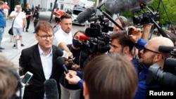 和平電影基金會創始人比佐爾吉在治理納瓦爾尼的柏林的醫院外對媒體講話。(2020年8月22日)