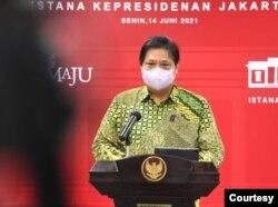 Menko Perekonomian Airlangga Hartarto usai Ratas di Istana Kepresidenan , Jakarta, Senin (14/6) mengatakan pemerintah akan memperpanjang PPKM Mikro 15-28 Juni (biro pers)