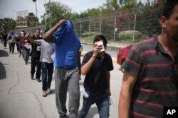 지난달 31일 미국 남부 국경으로 입국했던 불법 이민자들이 멕시코로 송환되고 있다.