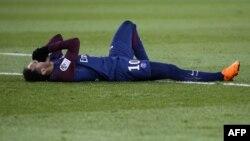 Neymar, blessé, se tord de douleurs lors d'un match contre l'OM au Parc des Princes, Paris, 25 février 2018.