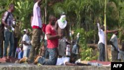 Des manifestants protestent dans les rues de Libreville, la capitale du Gabon, le 1er septembre 2016.